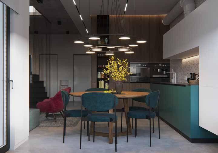 Entre o tom de azul esverdeado da cozinha destoam nabiças reluzentes