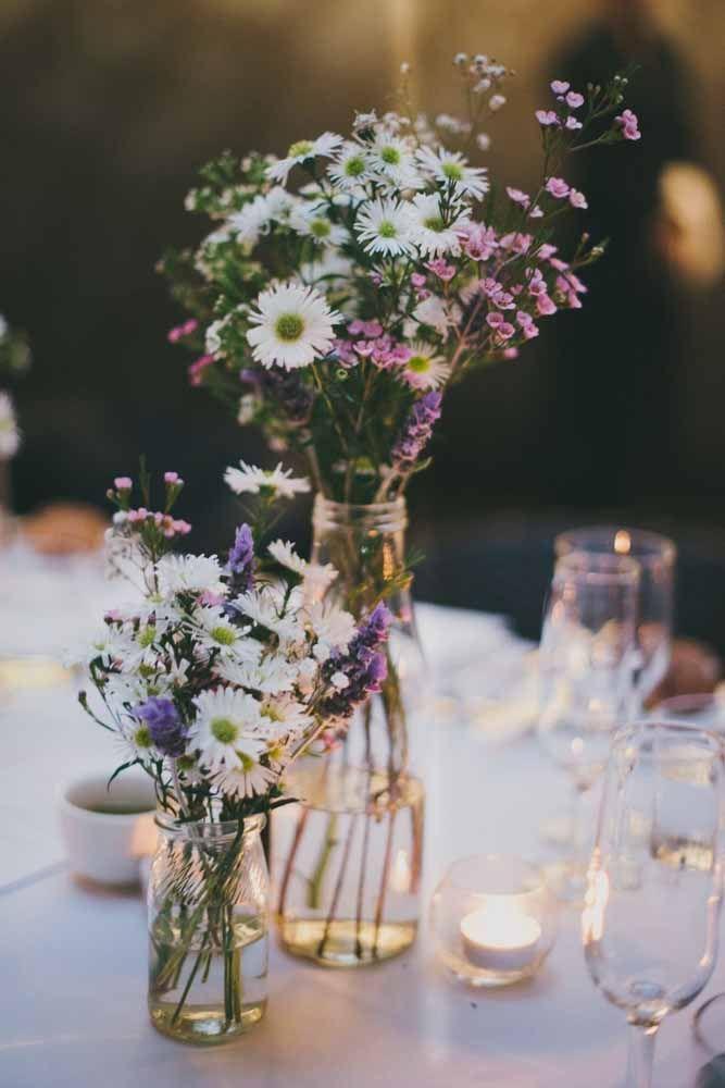 Para deixar a mesa da festa ainda mais romântica invista em algumas velas