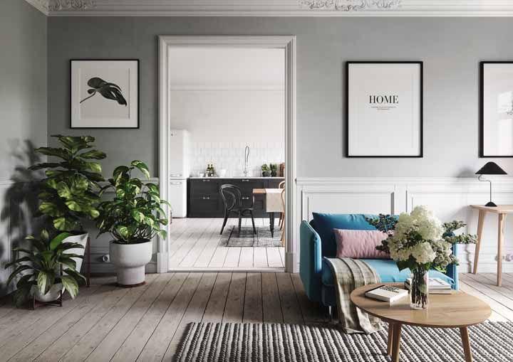 Um formoso arranjo de hortênsias brancas para a sala de estilo rústico moderno