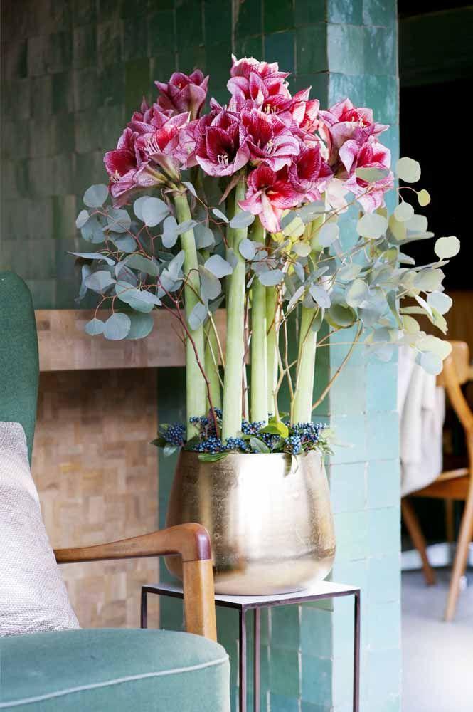 O toque de glamour desse arranjo com lírios fica por conta do vaso dourado