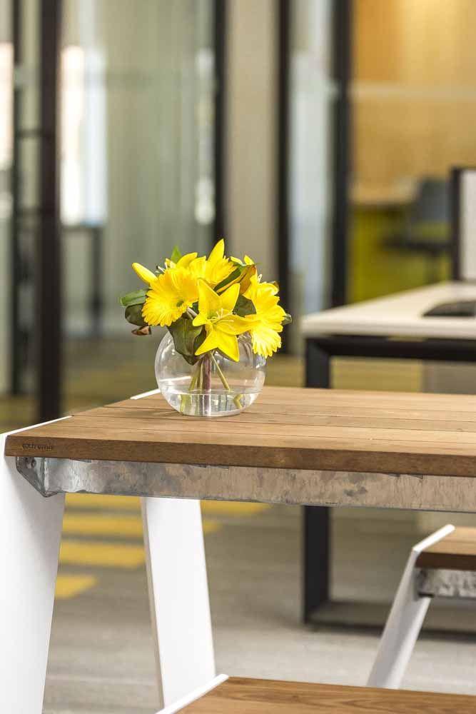 Lirios e gérberas amarelas em um mini e delicado arranjo para mesa