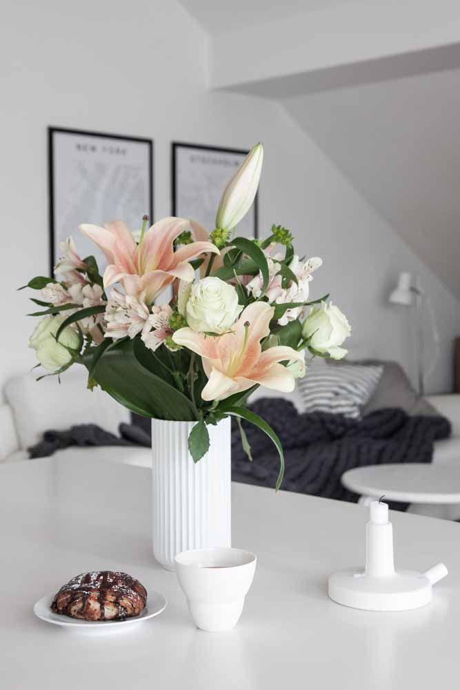Para a decoração clean, lírios rosa claro com flores brancas