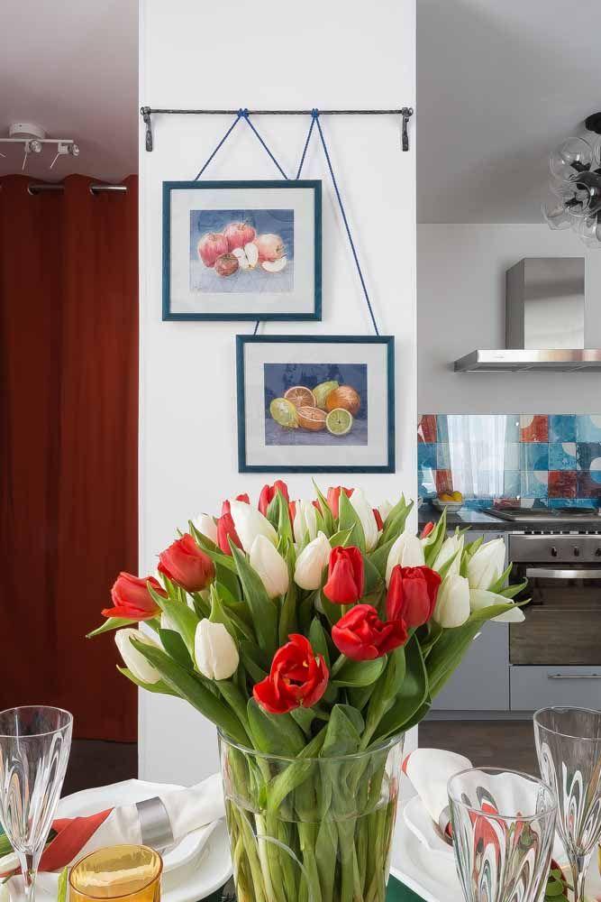 Os toques de vermelho que aparecem na cozinha são reproduzidos no arranjo de tulipas