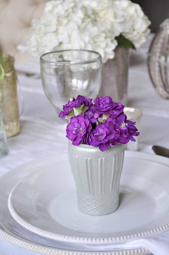 Você pode optar por usar apenas as flores dentro de um vasinho discreto