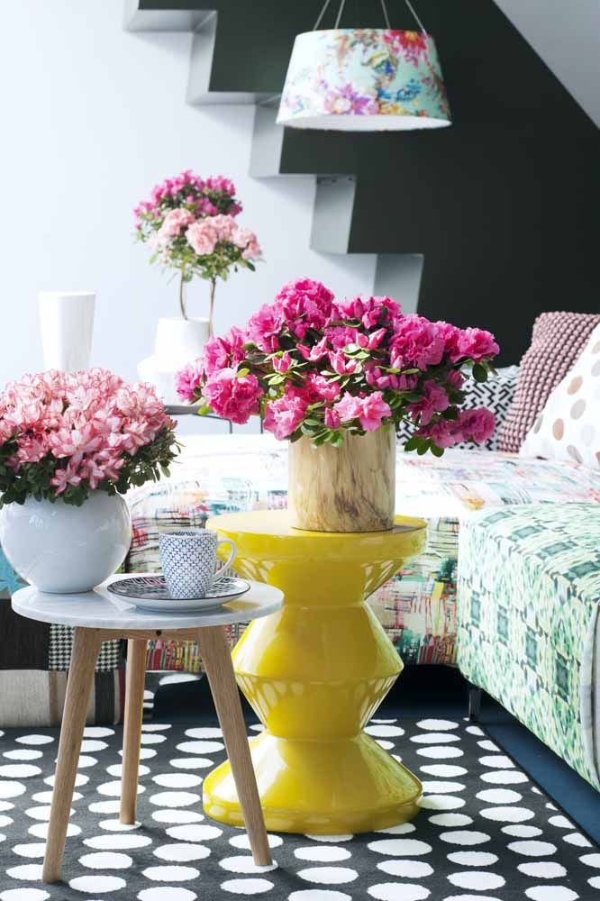 O rosa intenso das azaléias garantiu o contraste de cores para essa sala