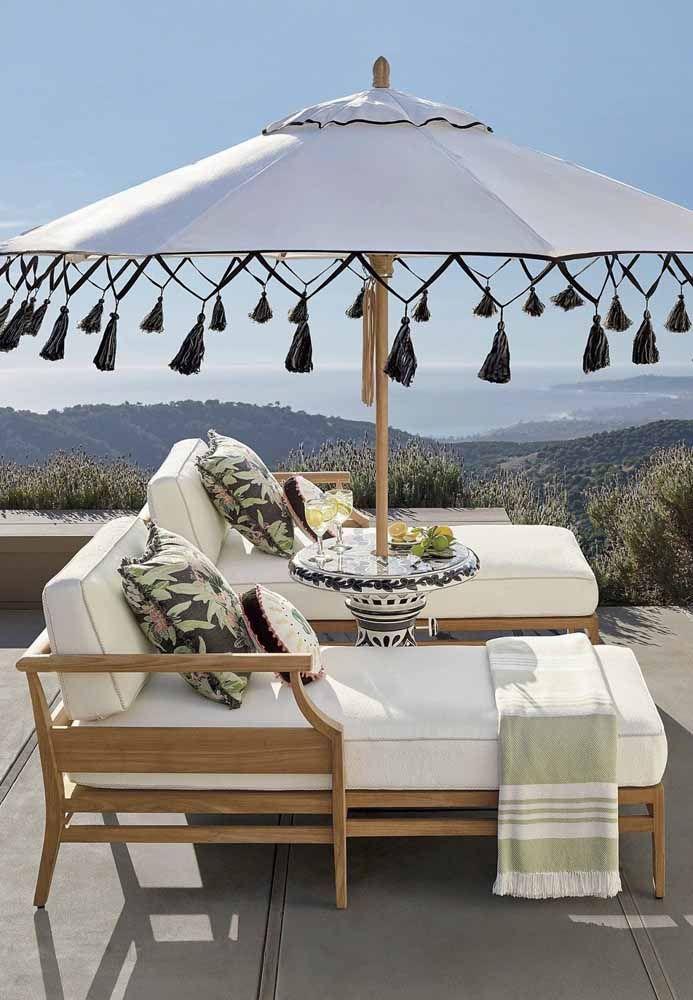 A haste de madeira do ombrelone forma uma parceria perfeita com o móvel da área externa