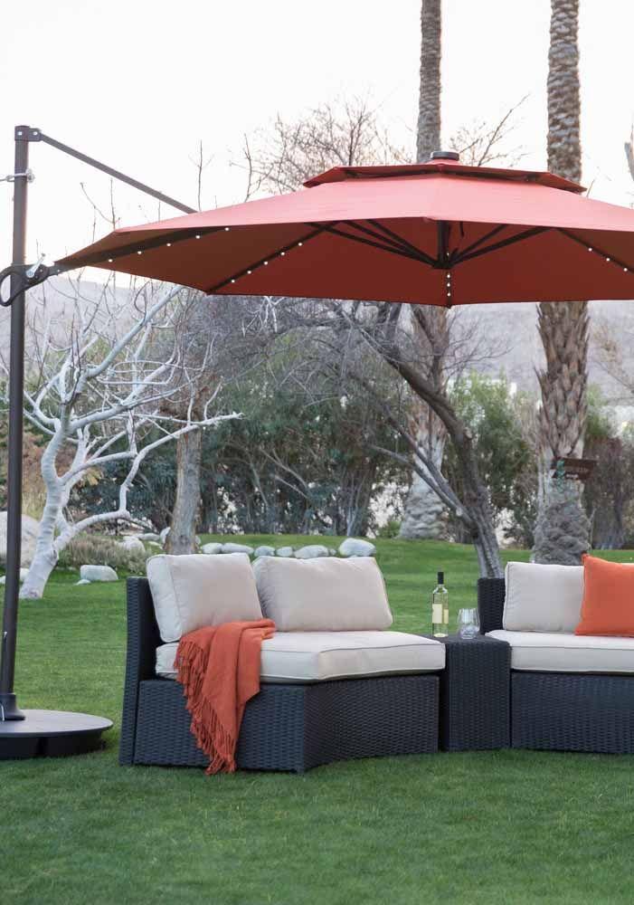 Ombrelone vermelho com sofá azul: gostou da combinação?