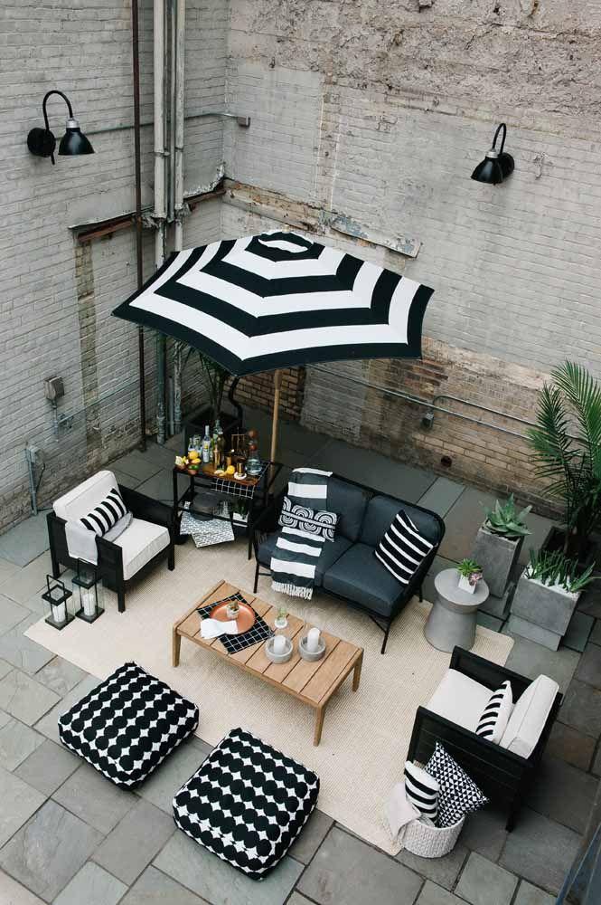 Um ombrelone preto e branco, cheio de estilo, para combinar com o restante da decor