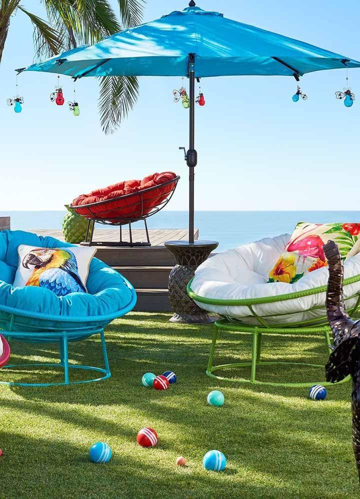 Esse ombrelone na casa de praia ganhou lâmpadas coloridas nas pontas, mas elas não são para iluminar, são apenas vasinhos suspensos