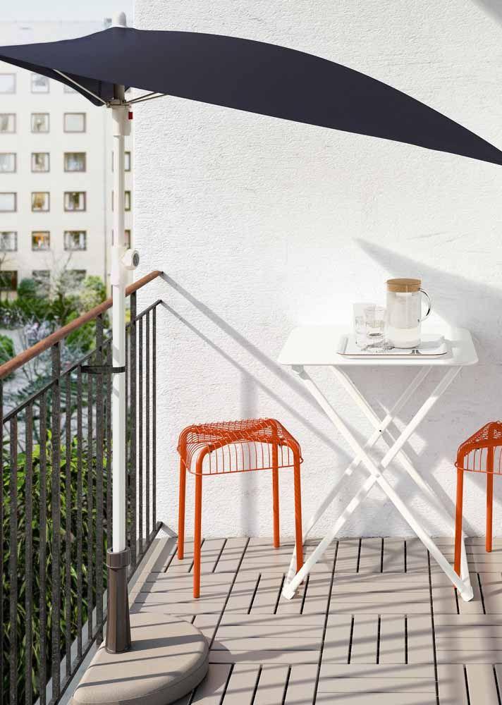 A varandinha de apartamento soube como ninguém aproveitar a sombra e a beleza do ombrelone