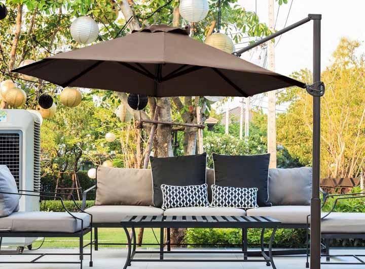 Árvores e ombrelone: sombra fresca para escolher