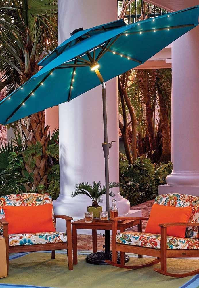 As luzes de LED deixam esse ombrelone ainda mais encantador, além de favorecer o uso noturno da área externa