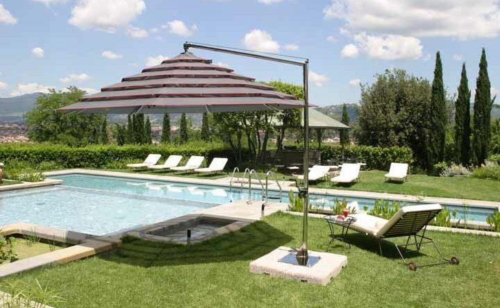 Ombrelone: saiba como usar na decoração de jardins e áreas externas