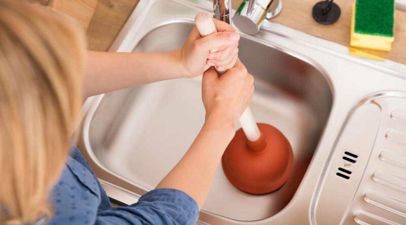 Como desentupir pia de cozinha: veja o passo a passo simplificado