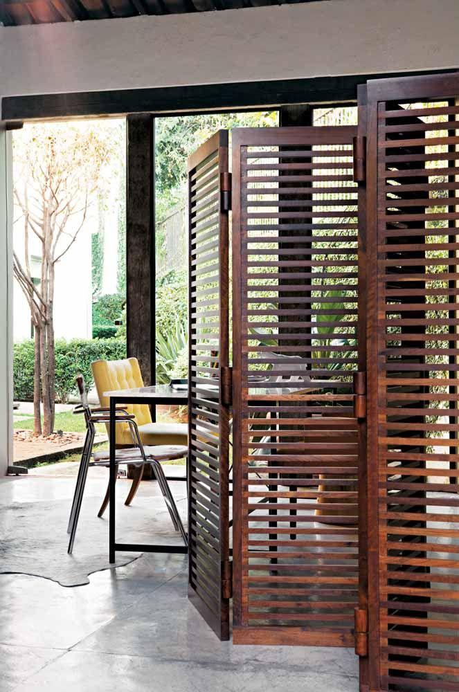 Porta sanfonada de madeira estilo veneziana; ótima opção para cobrir grandes vãos