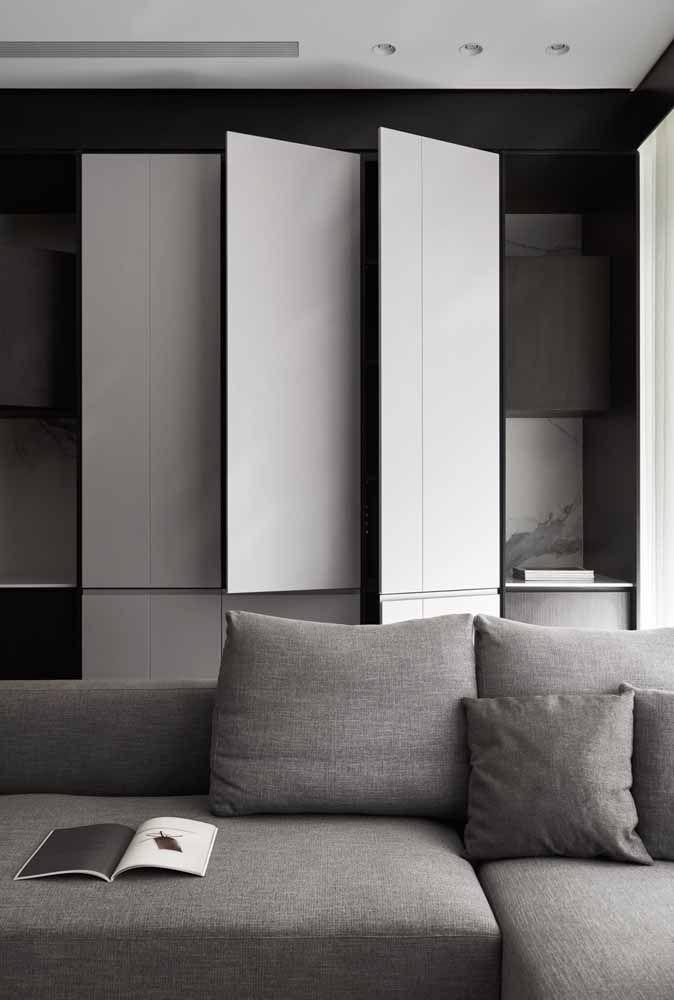 Três folhas, abertura pivotante e acabamento branco fosco: um projeto cheio de originalidade e estilo para dentro de casa