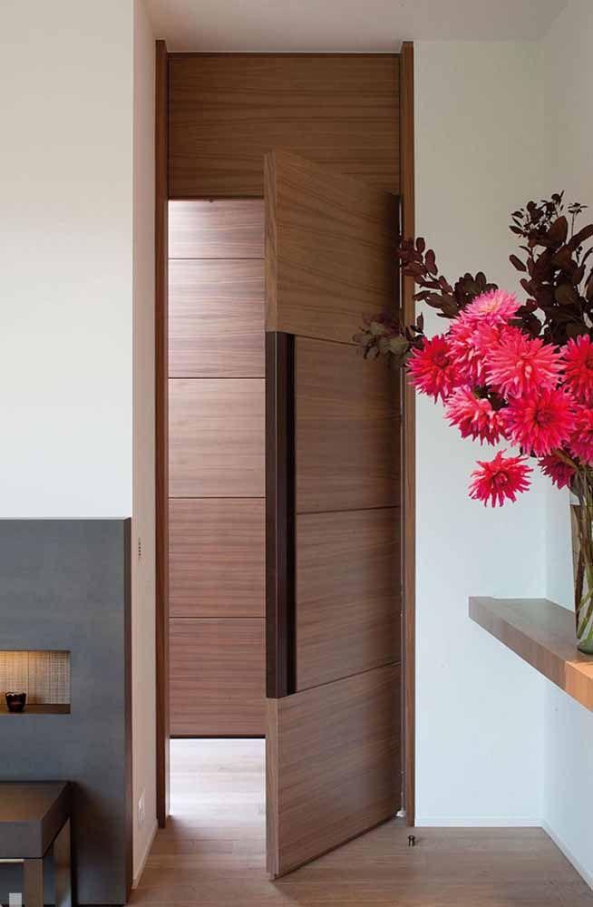 As portas pivotantes na entrada da casa são um luxo