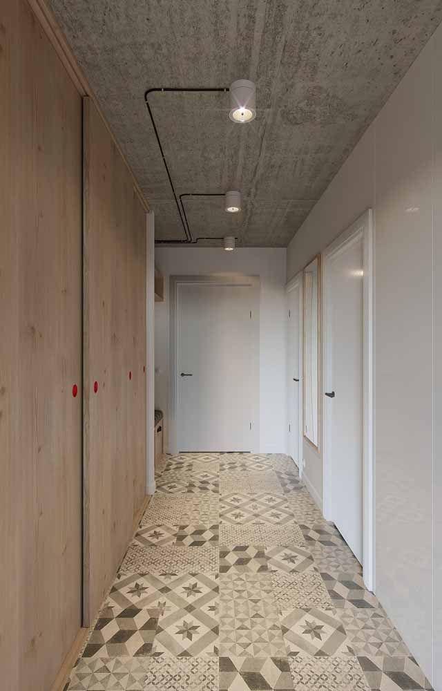 Para acabar com o preconceito com a madeira de pinus: veja como essa porta consegue ser moderna e descolada
