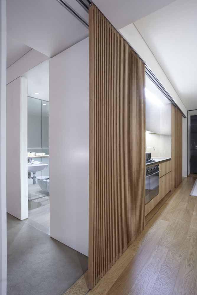 Nessa casa, a cozinha fica escondida atrás da porta de correr