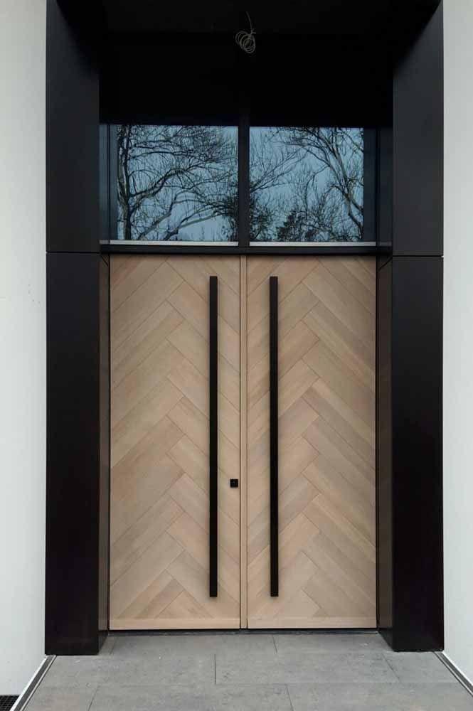 A clássica e sempre elegante combinação entre a madeira e a cor preta