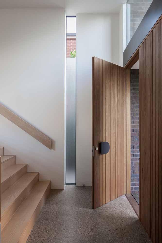 Ao usar portas de madeira opte por manter os demais elementos no mesmo material, como janelas e escadas