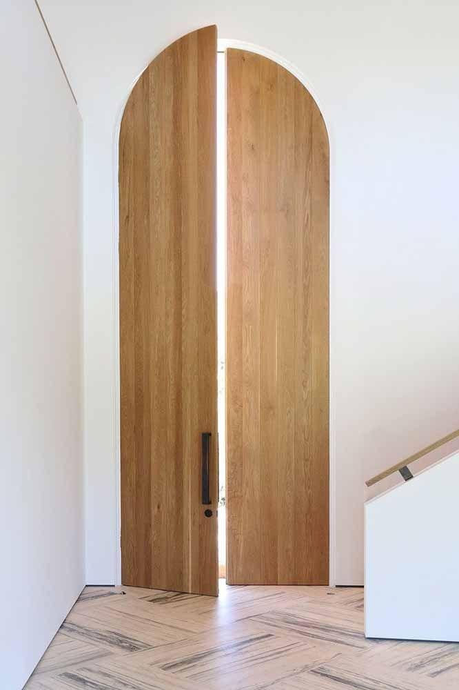 Alta e arqueada, essa porta de madeira lembra as antigas construções medievais