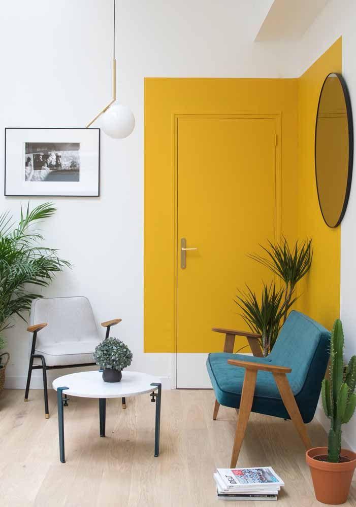 Para quem prefere um projeto mais ousado, pode se inspirar nessa porta amarela da imagem