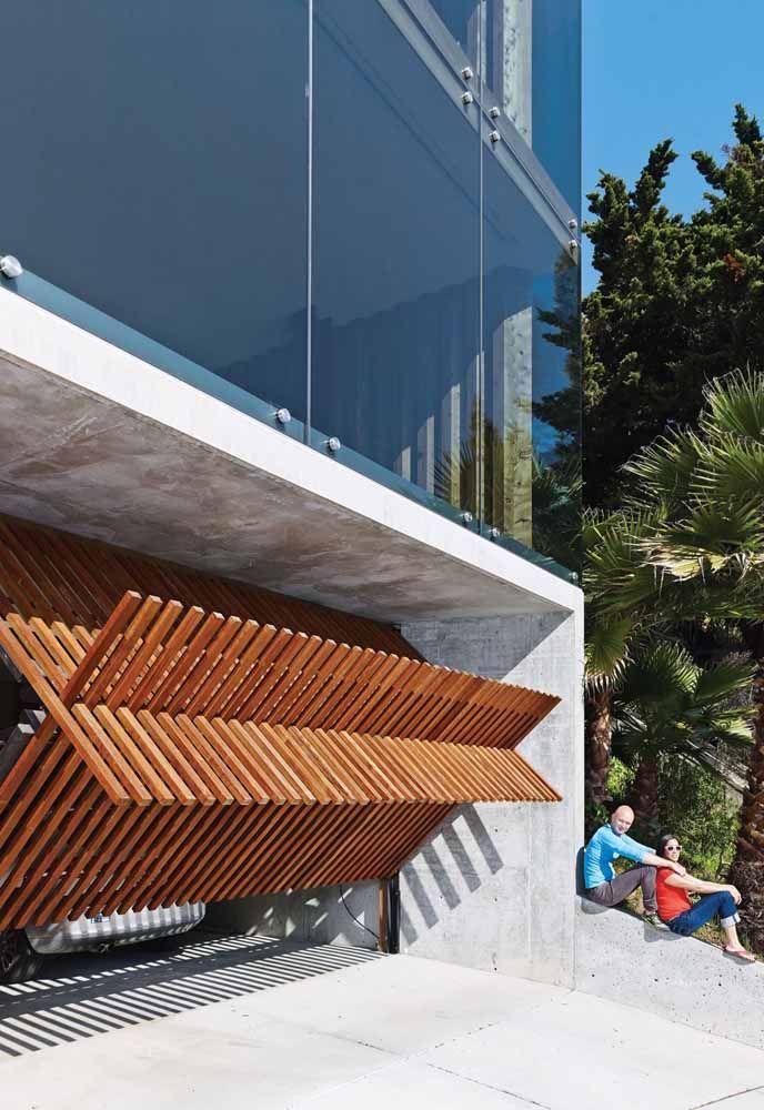 Portão basculante de madeira cheio de estilo para entrada da casa