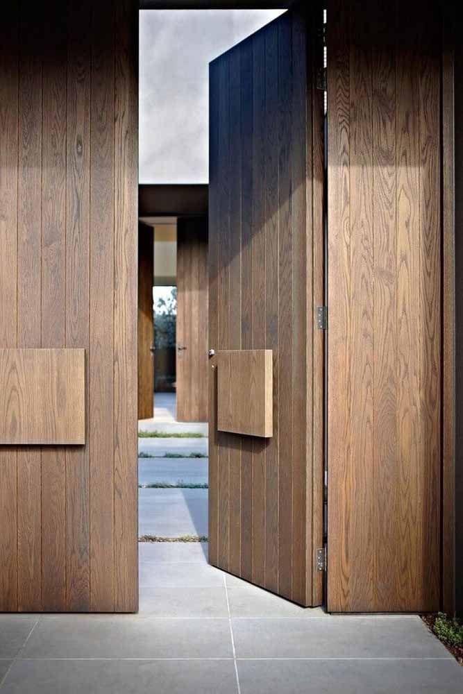 Manter o tom original da madeira também é uma excelente forma de valorizar a arquitetura da casa