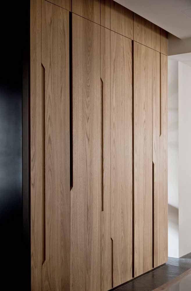 Nesse projeto, a porta de madeira se encaixa na estrutura do forro de gesso