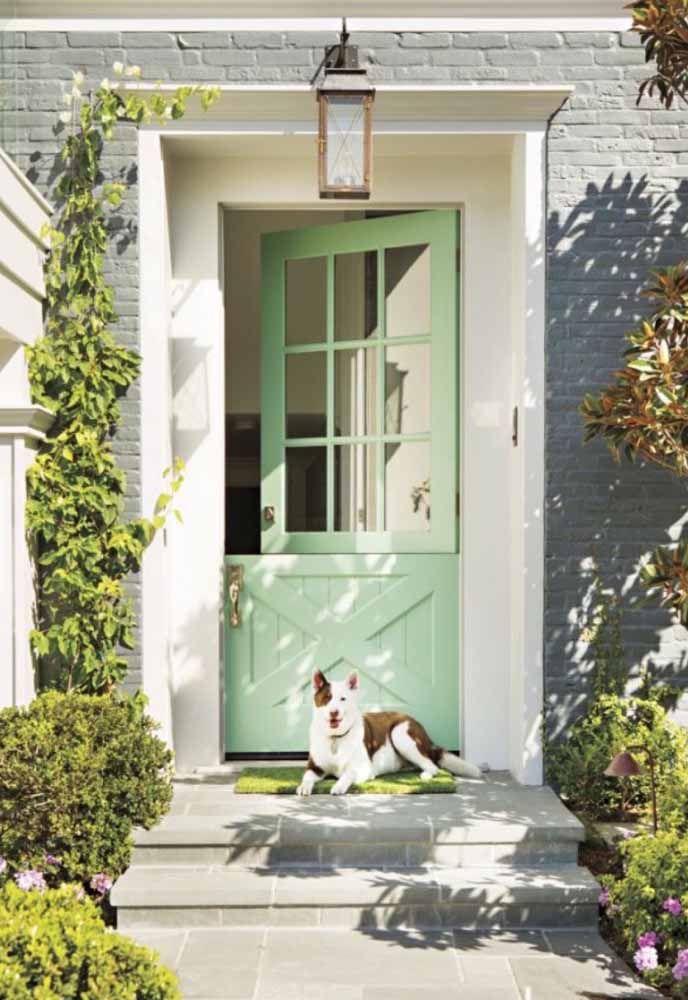 Portas divididas ao meio limitam o acesso dos pets, sem prejudicar a entrada da luz e da ventilação