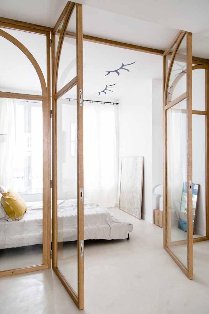 Nesse quarto, apenas a moldura da porta é de madeira, todo o resto é feito de vidro