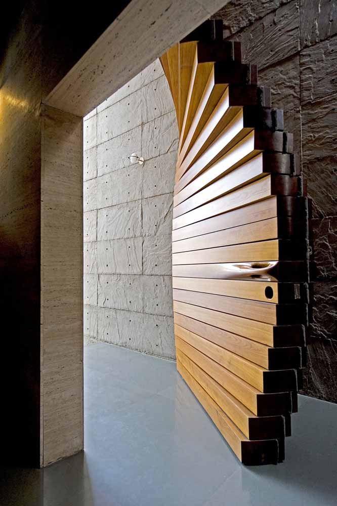 Quer um modelo de porta de madeira mais original que esse?