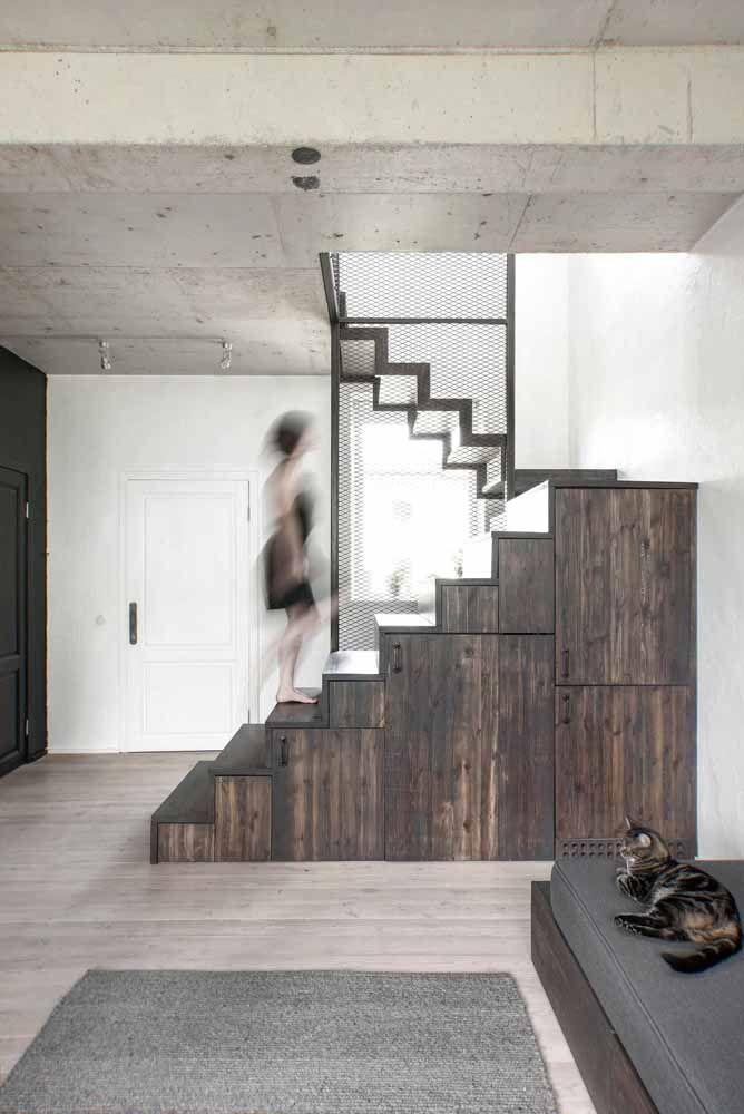 Aqui, as portas de madeira seguem as cores das paredes