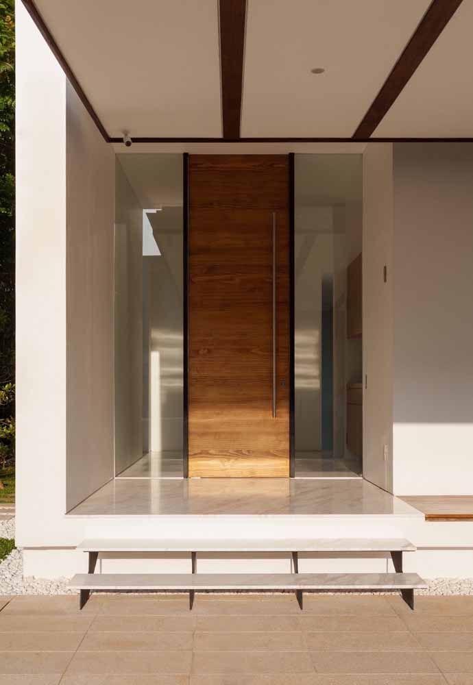 Porta de madeira emoldurada pelo vidro