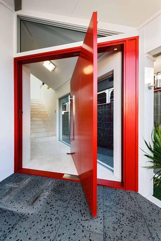 Uma vibrante e moderna porta pivotante de madeira vermelha