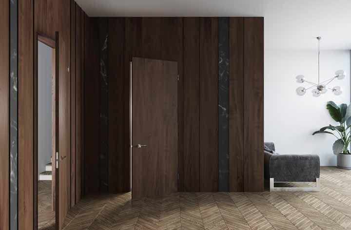 O revestimento em torno da porta de madeira também interfere no resultado final