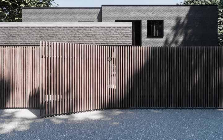Ripas de madeira – e apenas elas – formam o portão e o muro dessa casa