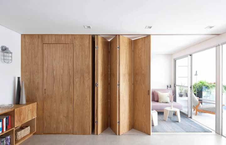 Para o quarto do casal, uma porta sanfonada de madeira