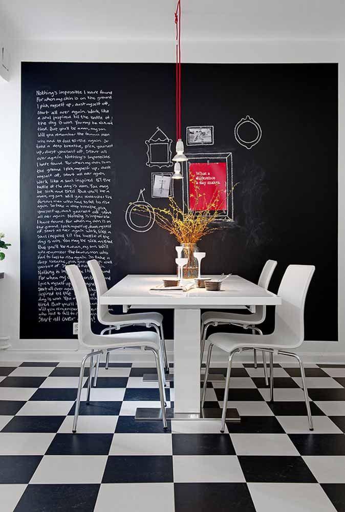 A sala de jantar preta e branca soube usar a tinta lousa como ninguém
