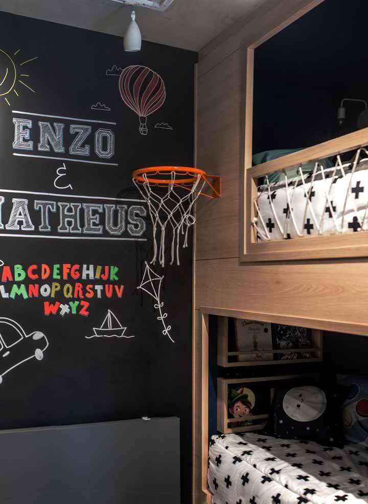 Você pode usar junto à tinta lousa objetos decorativos, como o cesto de basquete; eles ficam mais contrastados diante da parede preta
