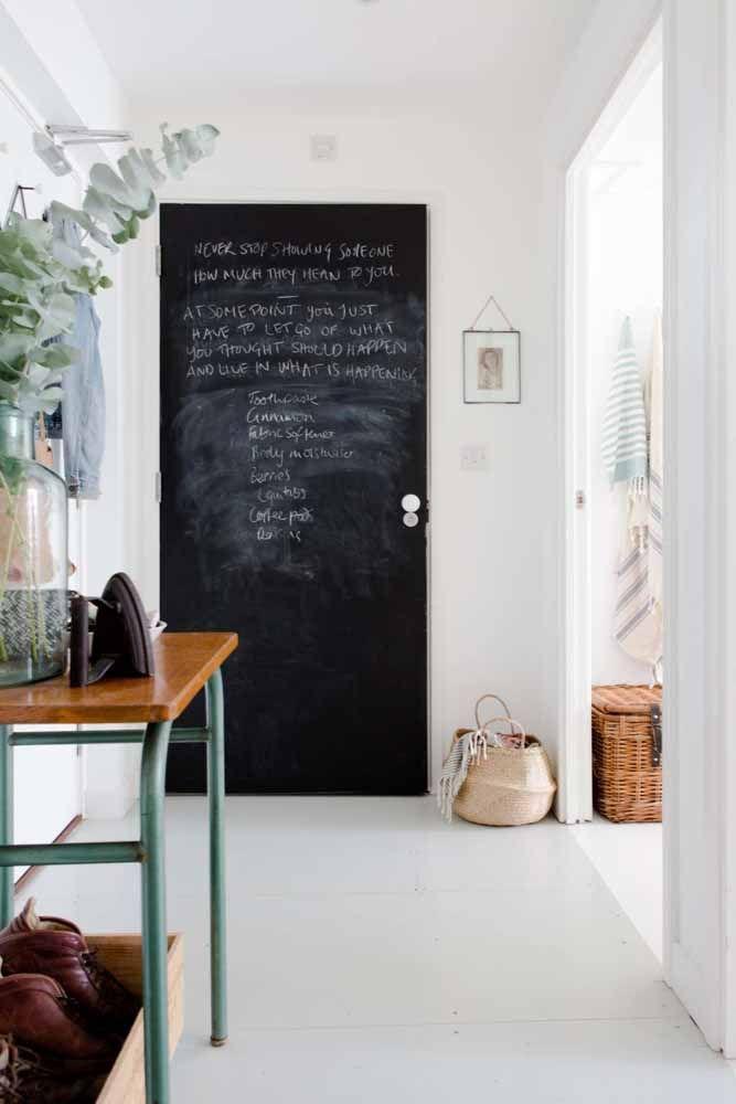 Além das paredes, a tinta lousa pode ser aplicada em portas, móveis e até na geladeira