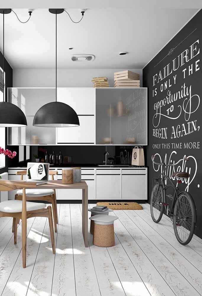 Vai dizer que a cozinha não fica muito mais descolada com a parede lousa?