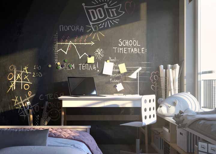 A tinta lousa no quarto juvenil ajuda a organizar as tarefas escolares e matar o tempo com um joguinho