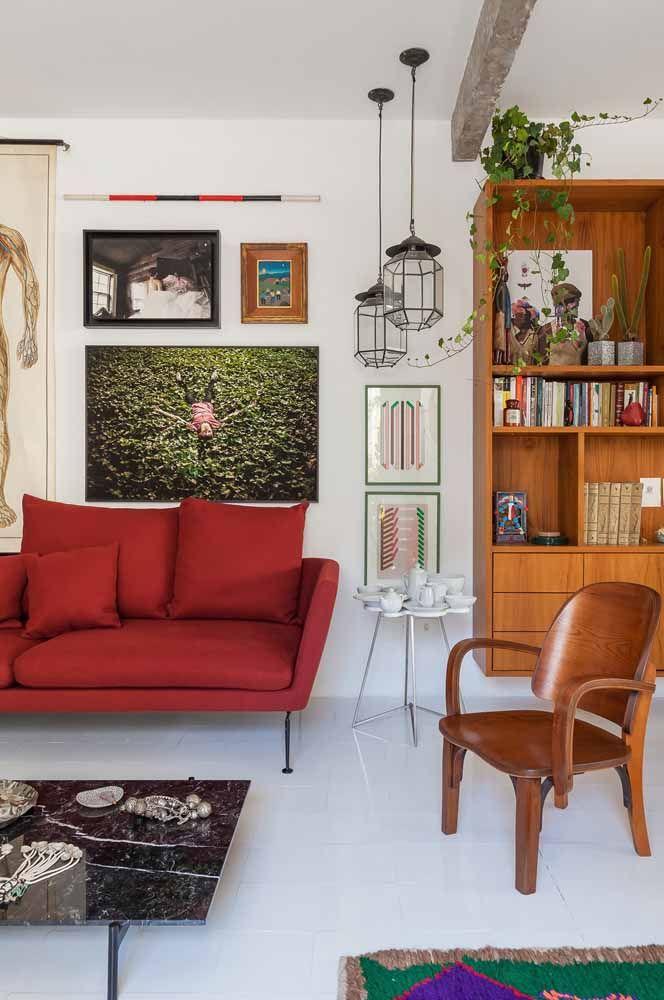 O piso cerâmico branco complementa a base da decoração; para deixar a sala mais receptiva foram usados elementos em madeira e cores quentes, como o vermelho