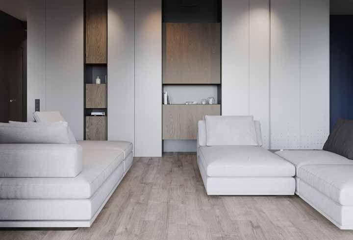 Nessa sala, armários e piso se harmonizam no mesmo tom