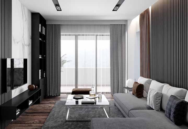 A beleza do piso de madeira valorizada pela sofisticação da parede de mármore