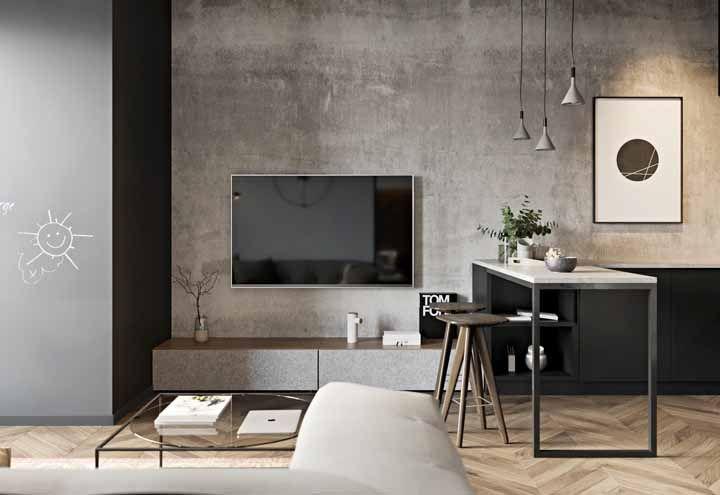 Na sala, o piso de madeira se torna um dos elementos principais da decoração