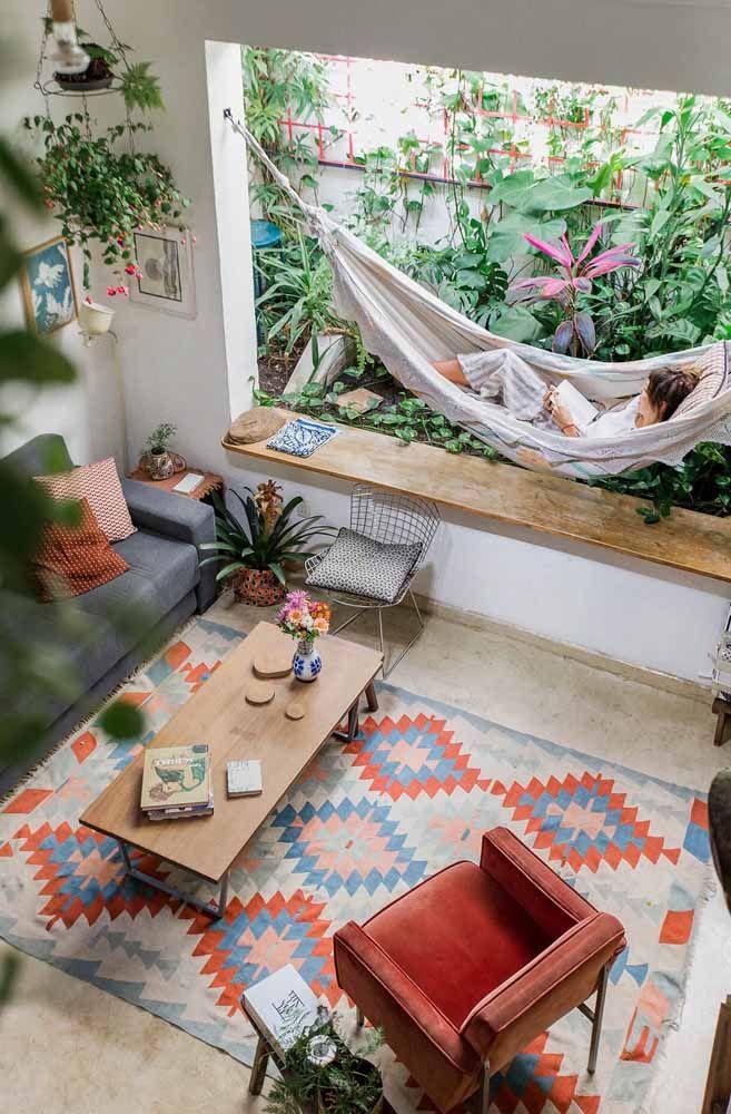 O piso cerâmico fica mais confortável com o uso de um tapete