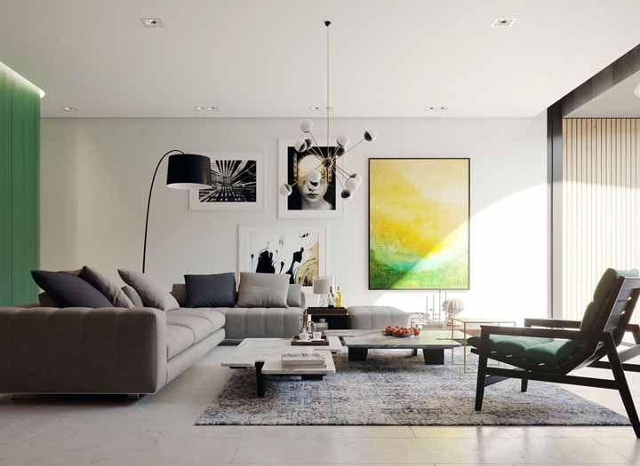 Assegure o conforto térmico da sala usando um tapete macio sobre o porcelanato